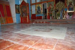 Завершена укладка напольной плитки в центральном приделе Храма