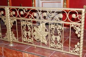 Смонтирована кованая ограда солеи